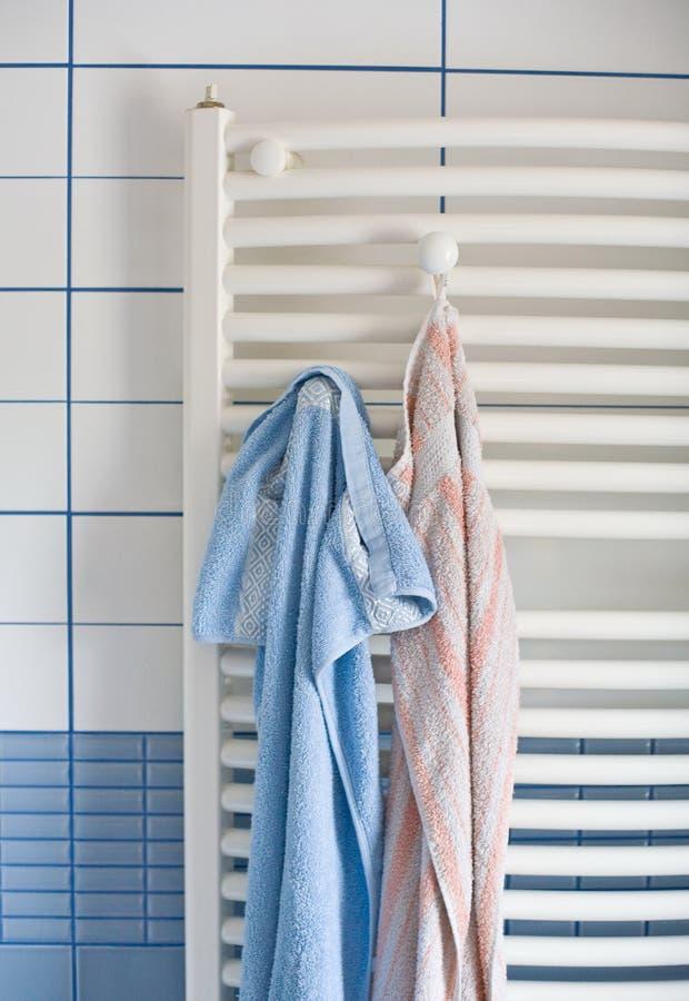 Radiateur de salle de bains avec des essuie-main image libre de droits