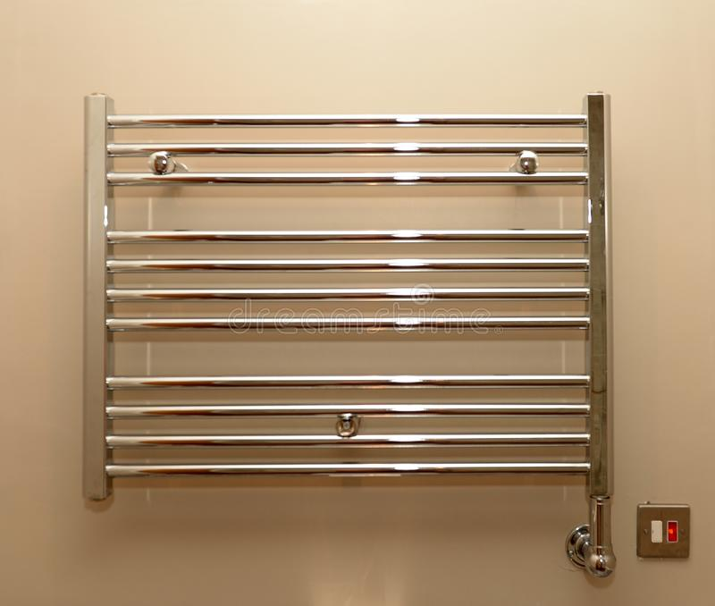 Radiateur de serviette de salle de bains photographie stock libre de droits