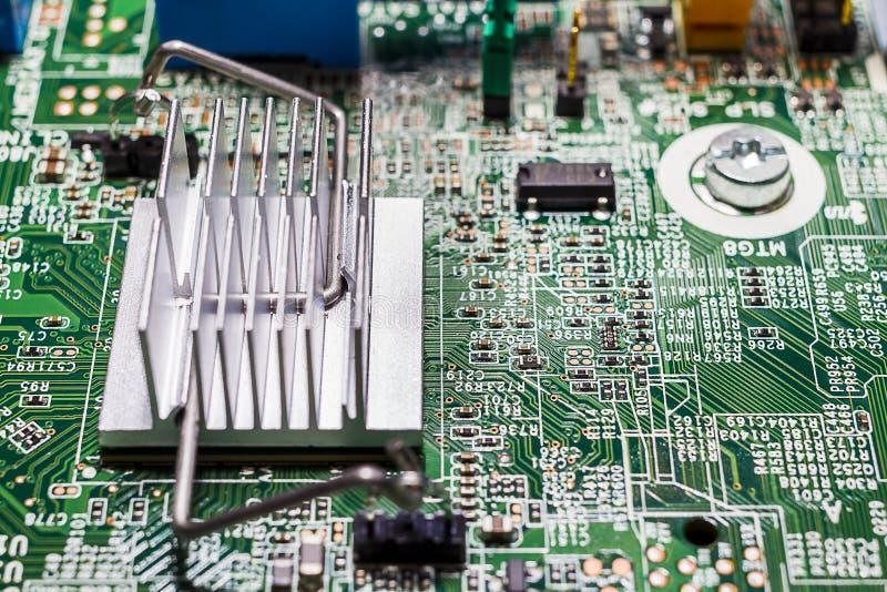 Radiateur fixé à la carte électronique (carte PCB) images stock