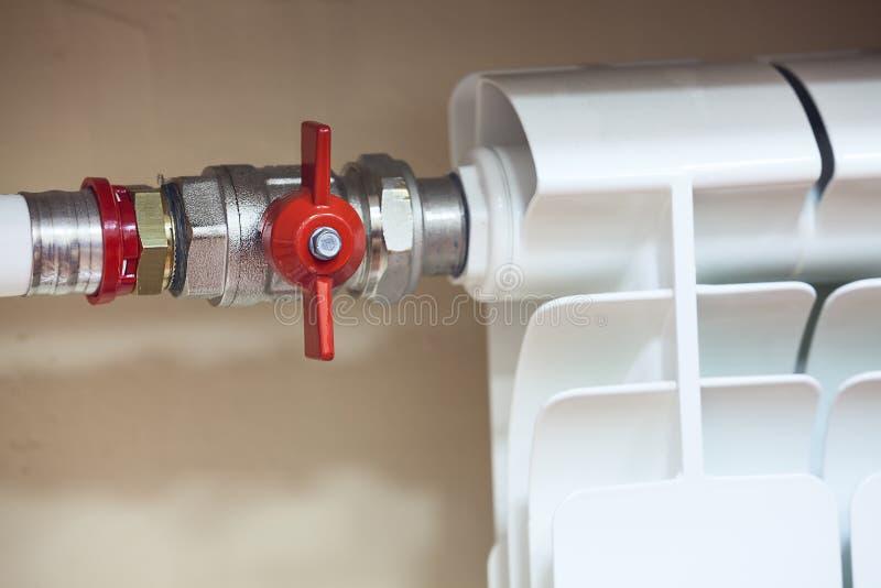 Radiatore del riscaldamento centrale con la valvola chiusa fotografie stock