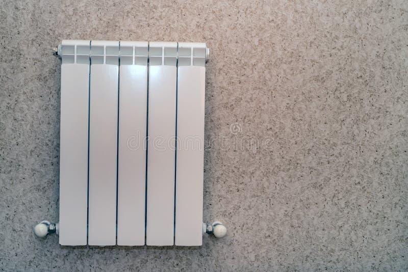 Radiatore del riscaldamento nella sala fotografie stock