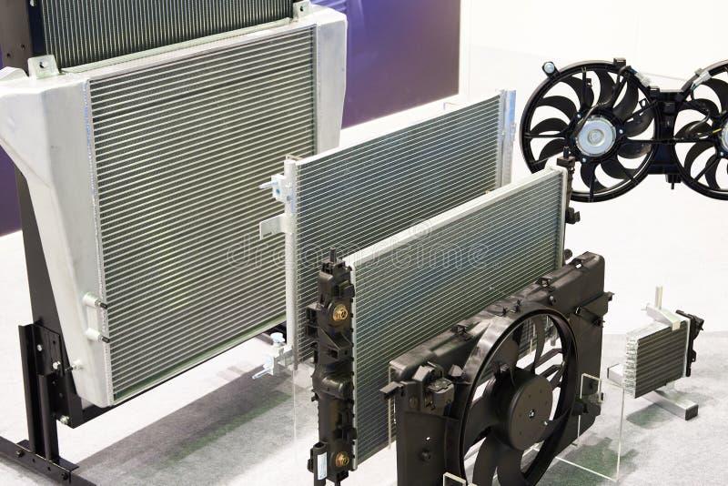 Radiatori e sistemi di raffreddamento di fan del camion in negozio immagini stock libere da diritti