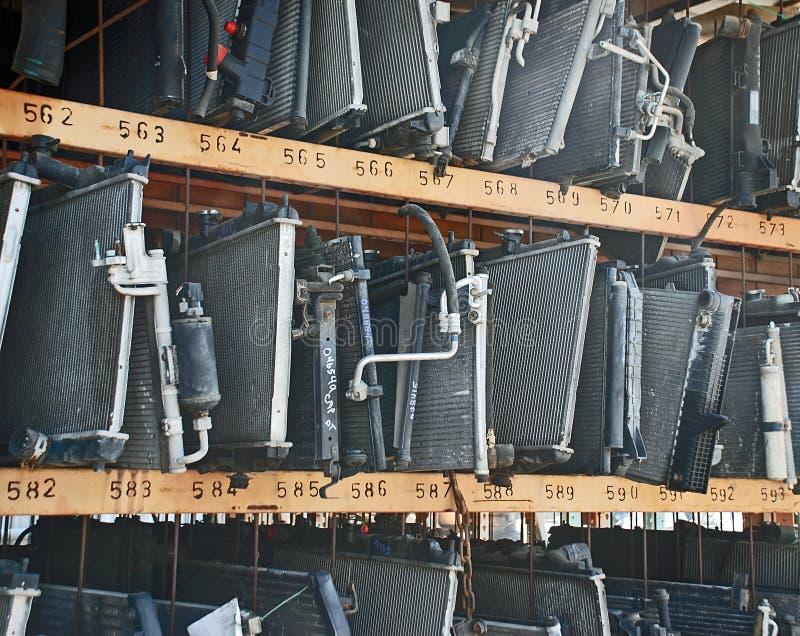 Radiators en AC Condensatoren bij een Autokerkhof stock afbeeldingen