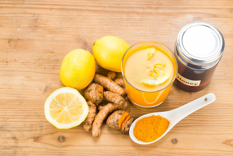 Radici di curcuma con le bevande del miele e del limone, bev curativo potente immagine stock