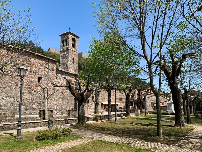 Radicofani en medeltida by med en slott och stenhus som lokaliseras på en Tuscan kulle, Italien arkivfoto
