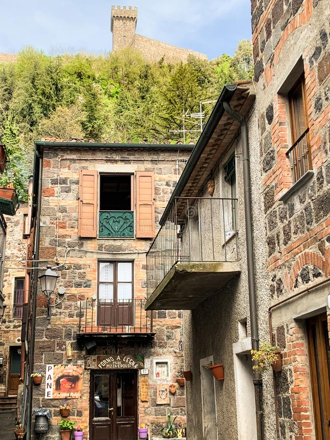 Radicofani, un village m?di?val avec un ch?teau et des maisons en pierre situ?s sur une colline toscane, Italie photographie stock