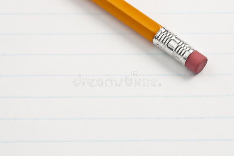 Radiergummi-Bleistift-Ende auf Anmerkungs-Auflage-Papier lizenzfreie stockbilder