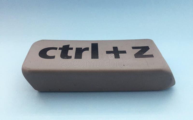 Radiergummi mit der Aufschrift u. dem x22; Ctrl + z& x22; auf einem blauen Hintergrund lizenzfreie stockbilder