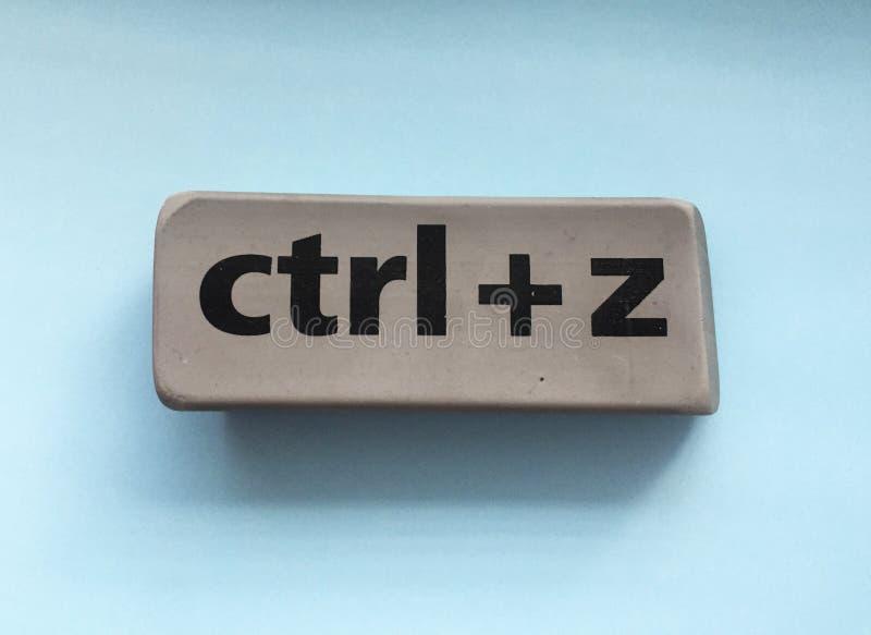 Radiergummi mit der Aufschrift u. dem x22; Ctrl + z& x22; auf einem blauen Hintergrund lizenzfreie stockfotos