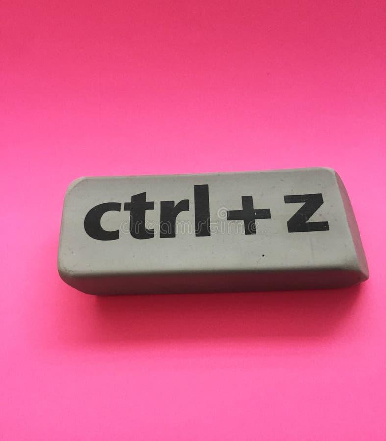 Radiergummi mit der Aufschrift u. dem x22; Ctrl + z& x22; auf einem rosa Hintergrund stockbilder