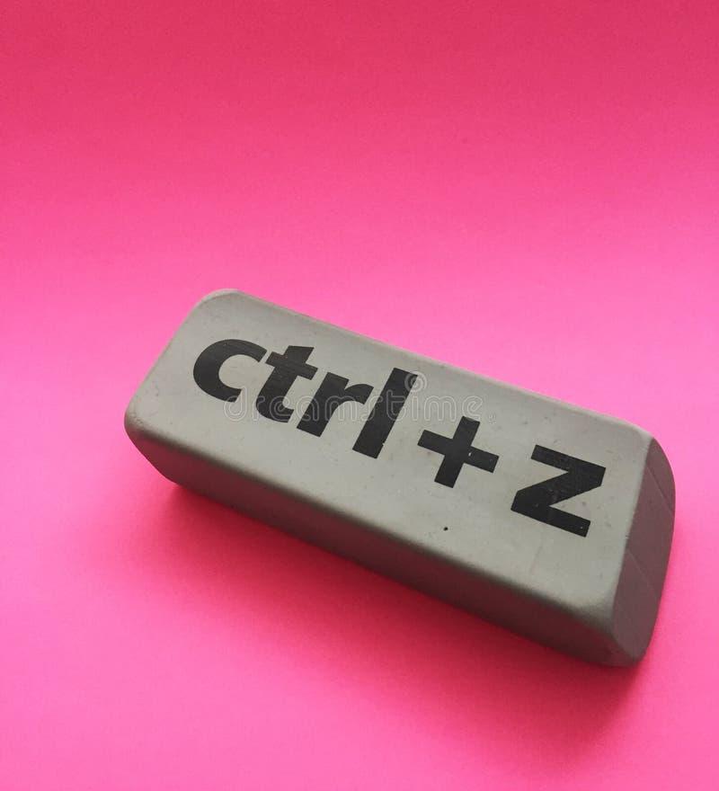 Radiergummi mit der Aufschrift u. dem x22; Ctrl + z& x22; auf einem rosa Hintergrund lizenzfreie stockfotos