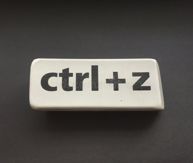 Radiergummi mit der Aufschrift u. dem x22; Ctrl + z& x22; auf einem schwarzen Hintergrund stockbild