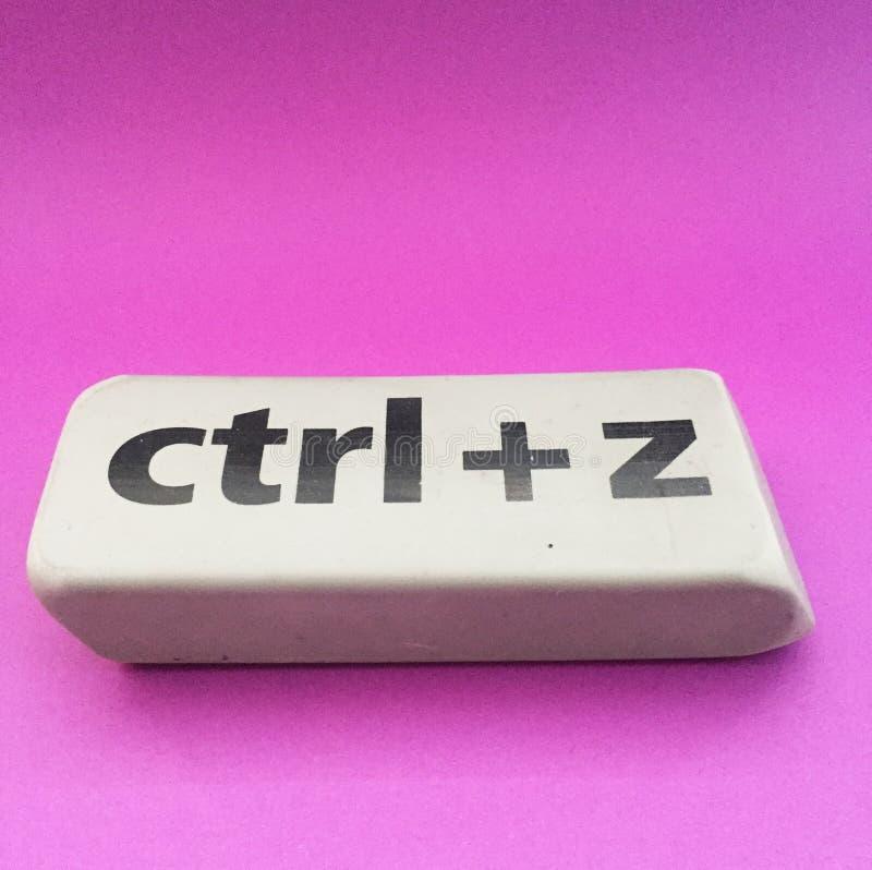 Radiergummi mit der Aufschrift u. dem x22; Ctrl + z& x22; auf einem violetten Hintergrund lizenzfreies stockbild
