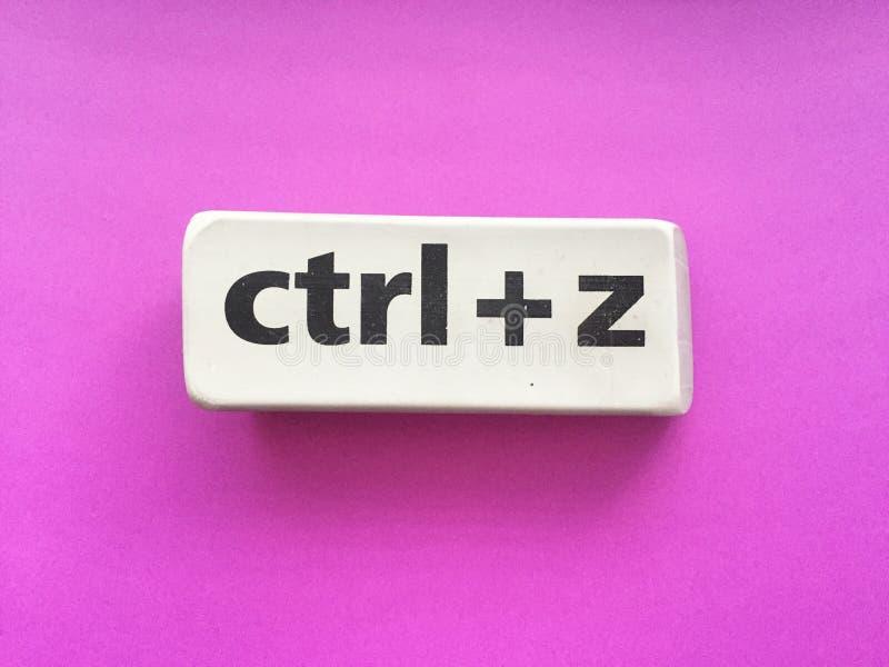 Radiergummi mit der Aufschrift u. dem x22; Ctrl + z& x22; auf einem violetten Hintergrund lizenzfreie stockbilder