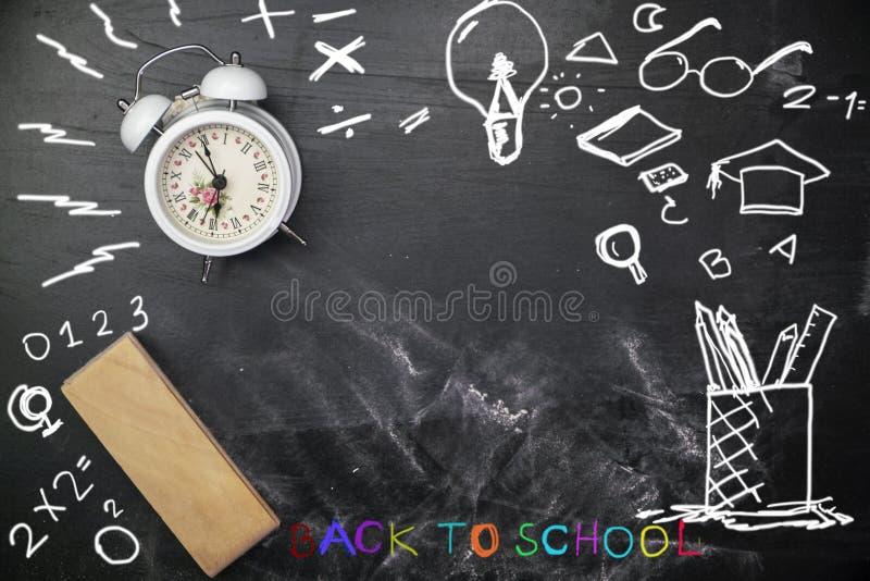 Radiergummi mit weißem Wecker auf Tafel für Hintergrund, Tafelbeschaffenheit für Ausbildungshintergrund lizenzfreie stockfotografie
