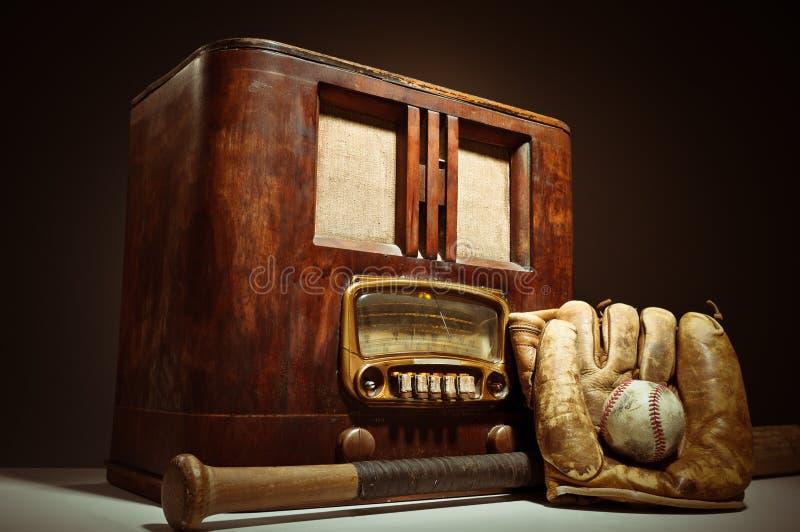 Radio antica con il Mit di baseball ed il guanto immagini stock