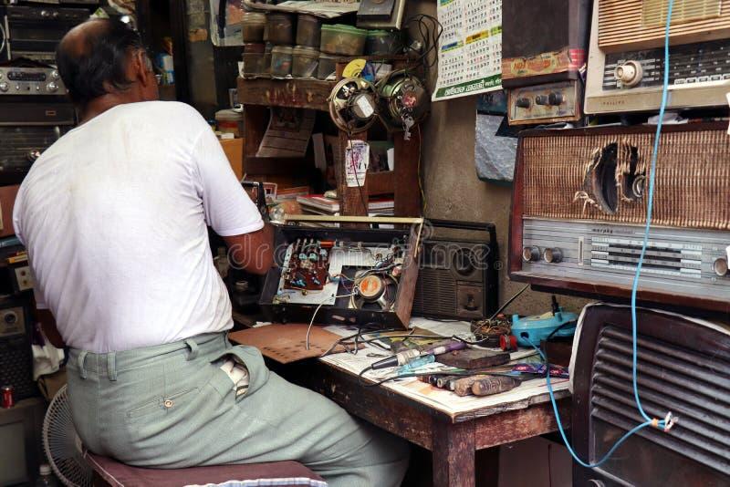 Radio antigua vieja Preparación para Mahalaya El hombre está reparando la radio vieja foto de archivo