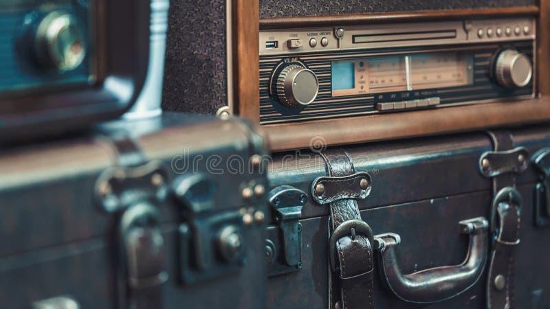 Radio d'annata decorativa sulla valigia fotografia stock