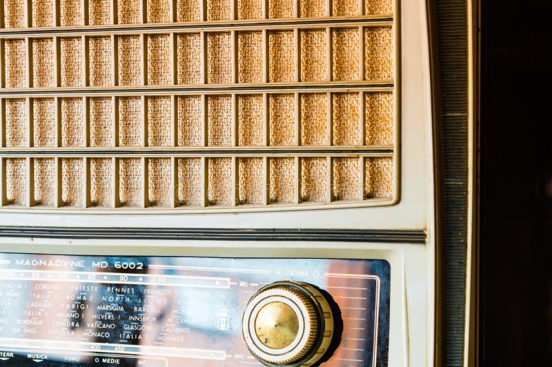 Radio de tube de vintage de côté image stock