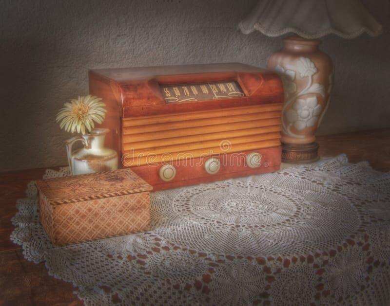 Radio et lampe de vintage image stock