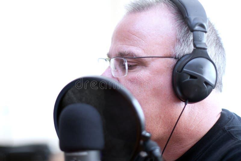 Radio gastheer met hoofdtelefoons royalty-vrije stock foto