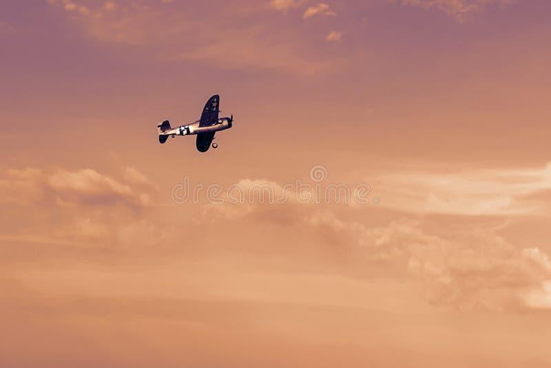 Radio kontrollerat leksakflygplan på solnedgången Flyin för RC-modellflygplan royaltyfri foto