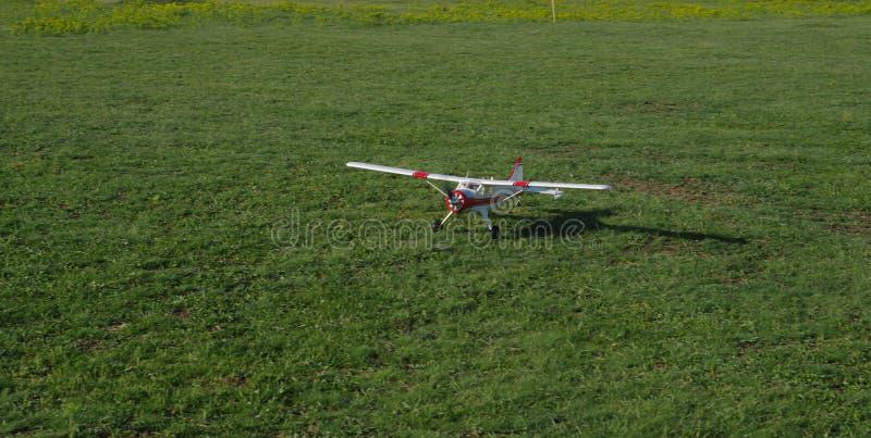 Radio kontrolowany samolot w trawie zdjęcia stock