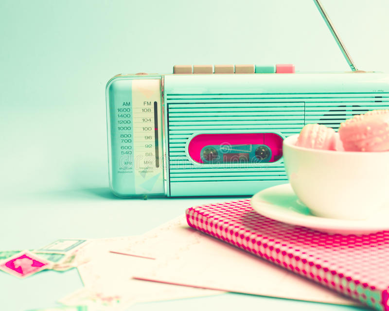 Radio, macarons et livre de vintage image libre de droits