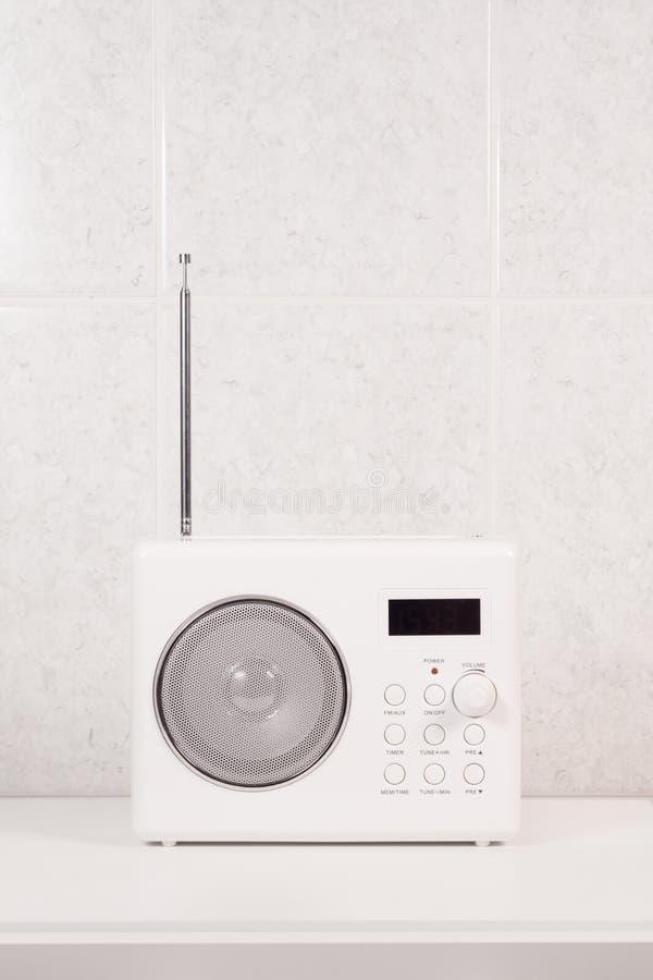 radio moderne blanche de salle de bains image stock image du technologie tuner 27147123. Black Bedroom Furniture Sets. Home Design Ideas
