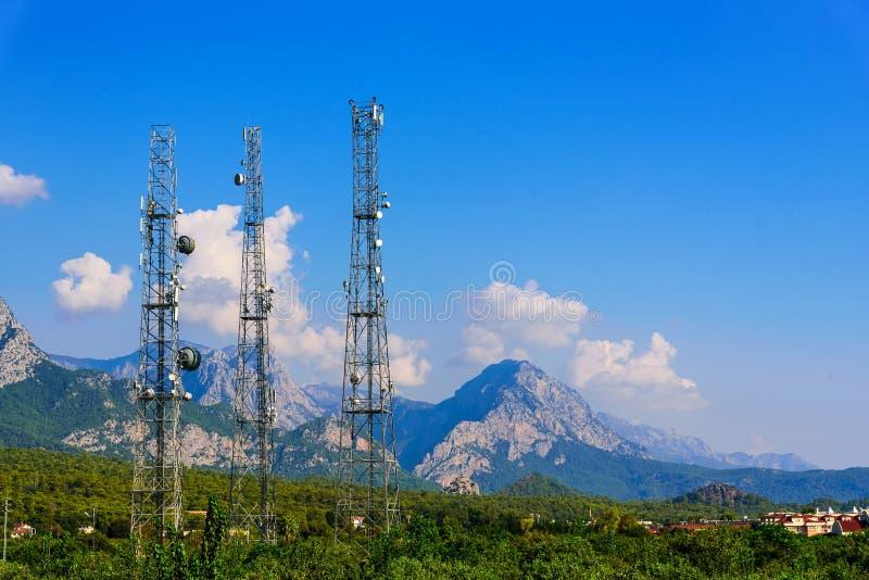 Radio- och TVantenner på bakgrunden av berg royaltyfri bild