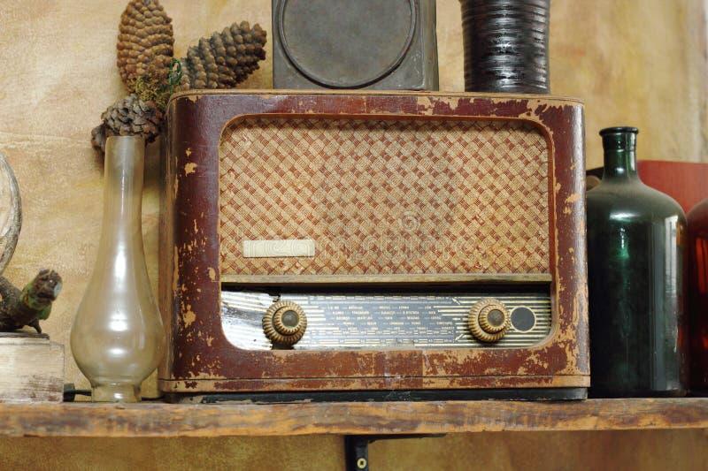 Radio vieja en la disposición del vintage imágenes de archivo libres de regalías
