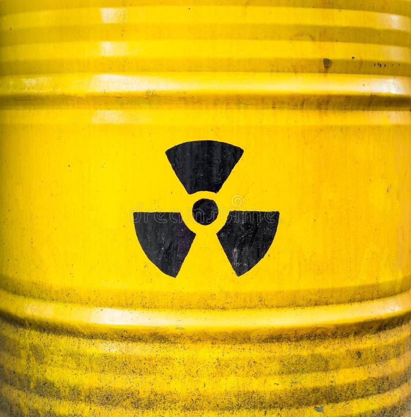 Radioactief teken Geel kernafvalvat royalty-vrije stock foto's