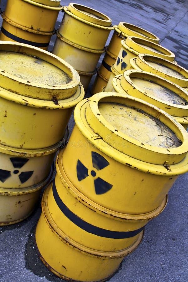 Radioactief waarschuwingssymbool op gele vaten van gifstof stock foto