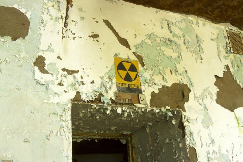 Radioactieve neerslagschuilplaats in het rotten de bouw stock fotografie