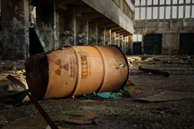 Radioactieve waarschuwing op oud roestig vat stock foto's