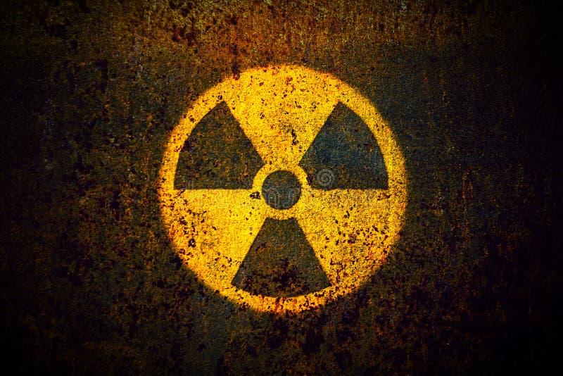 Radioaktiv: rundes gelbes radioaktives Symbol der ionisierenden Strahlung Gefahrengemalt auf einer enormen rostigen Metallwand stockfotos