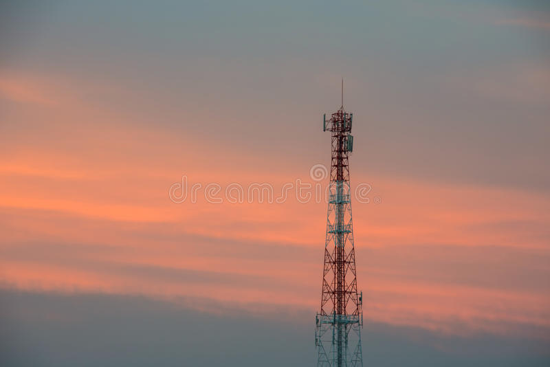 Radioantenn i skymningtiden royaltyfri foto