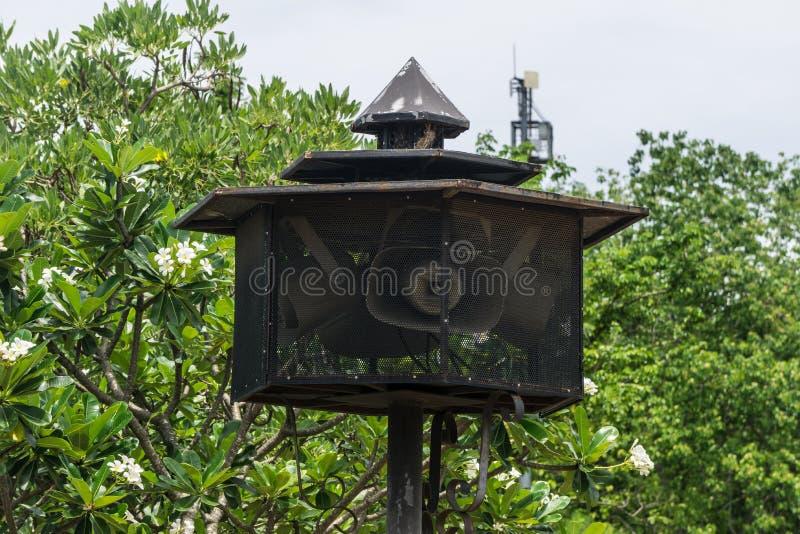 Radiodiffusione dell'altoparlante più rumoroso nel giardino domestico nero della gabbia fotografia stock