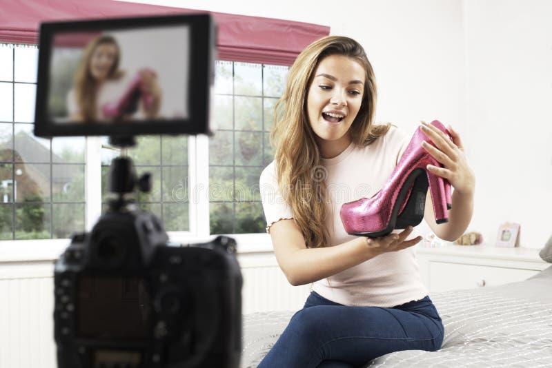 Radiodiffusione femminile della registrazione di Vlogger in camera da letto fotografia stock libera da diritti