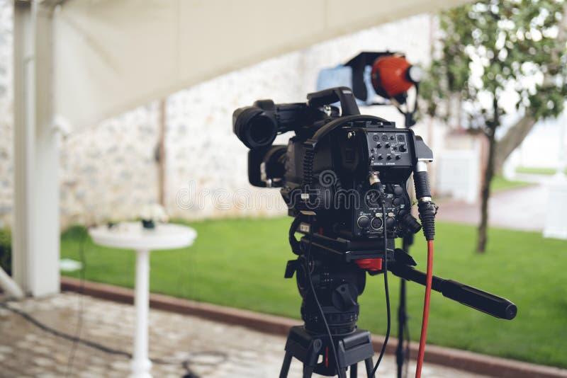 Radiodiffusione TV; produzione della fucilazione o del video di film e film, gruppo delle troupe televisiva con la macchina fotog fotografia stock