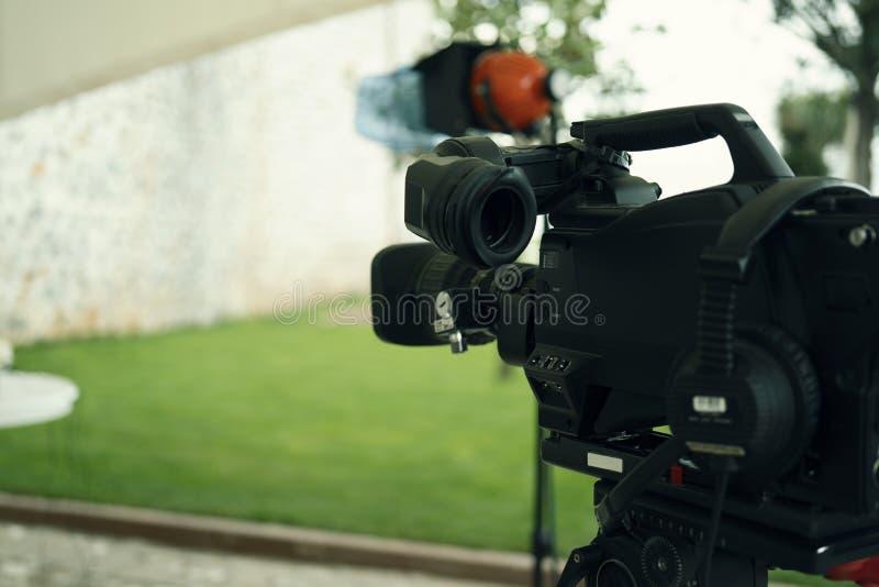 Radiodiffusione TV; produzione della fucilazione o del video di film e film, gruppo delle troupe televisiva con la macchina fotog immagine stock
