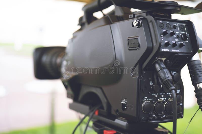 Radiodiffusione TV; produzione della fucilazione o del video di film e film, gruppo delle troupe televisiva con la macchina fotog immagine stock libera da diritti