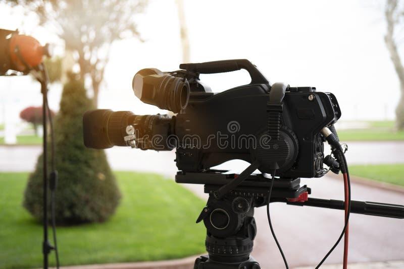Radiodiffusione TV; produzione della fucilazione o del video di film e film, gruppo delle troupe televisiva con la macchina fotog fotografia stock libera da diritti
