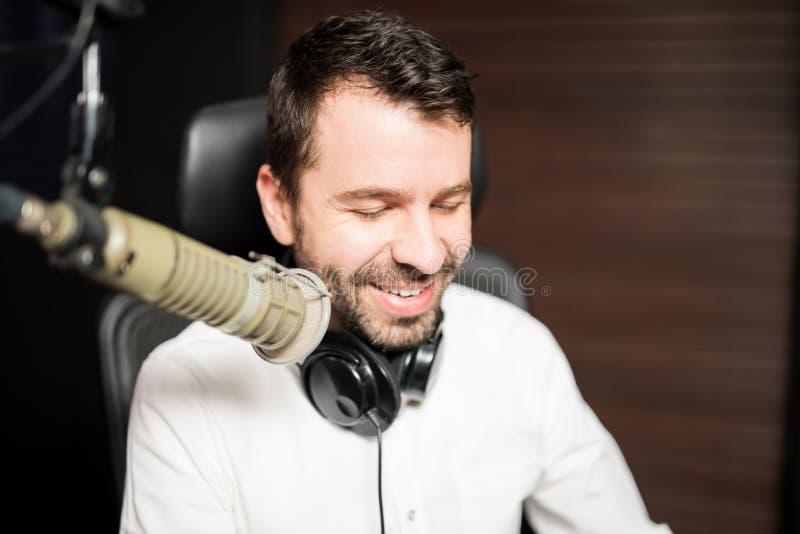 Radiodifusor masculino na estação de rádio fotografia de stock royalty free