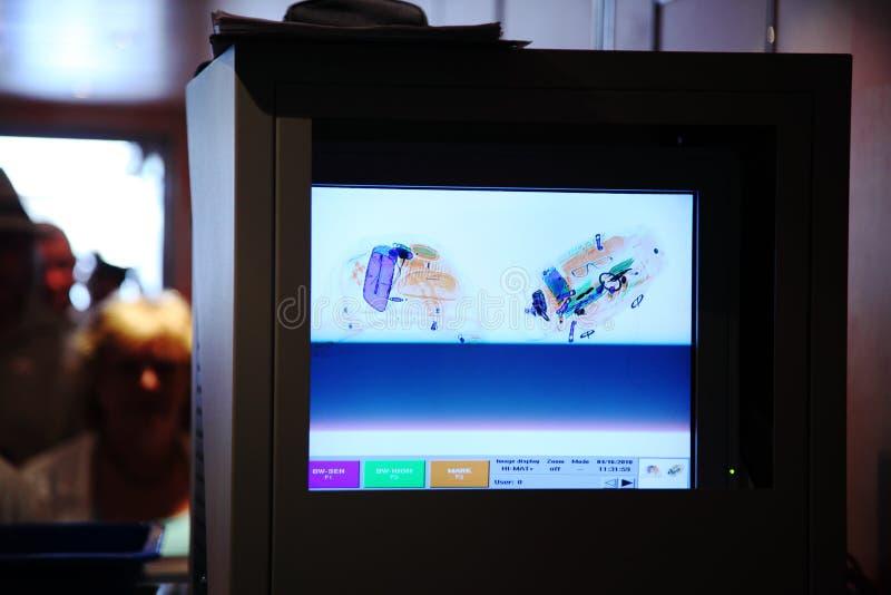 Radiografe o monitor para a bagagem e os povos no aeroporto foto de stock