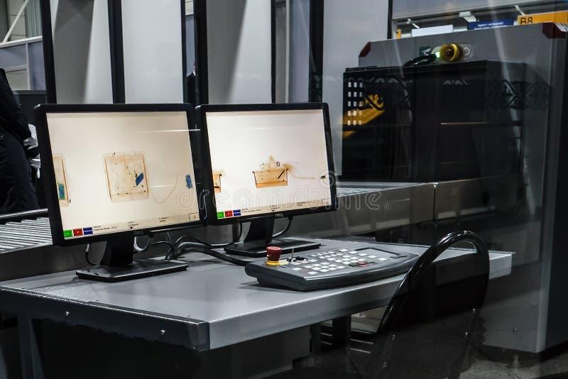 Radiographiez le tir d'écran dans l'aéroport sur le contrôle de sécurité photos stock
