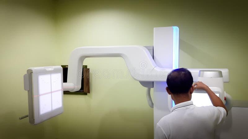 Radiolodzy są utworzenia promieniowania rentgenowskiego maszynami, CT Scann zdjęcie stock