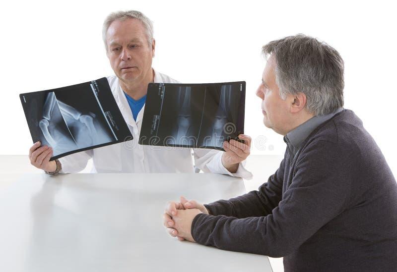 Radiolog pokazuje diagnozę promieniowanie rentgenowskie wizerunek pacjent zdjęcie stock