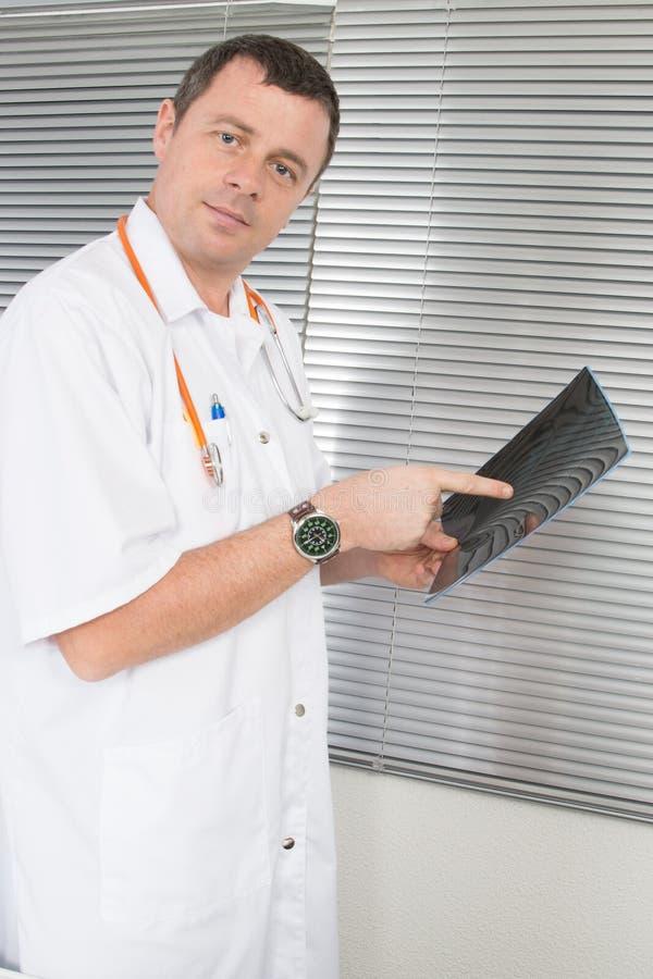 Radiologa doktorski analizuje prześwietlenie w biurowym szpitalu obraz royalty free