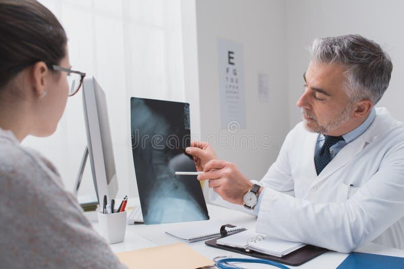 Radiologe, der ein Röntgenstrahlbild überprüft lizenzfreies stockbild